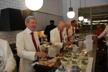 Och så kom maten. Per Game verkar vara hungrigast. Tätt göljd av Styv Kuling.