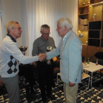 Ålderspresident von Snidare gratulerar vinnarna och delar ut pokalerna.